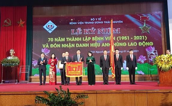 Bệnh viện Trung ương Thái Nguyên đón nhận Danh hiệu Anh hùng lao động thời kỳ đổi mới