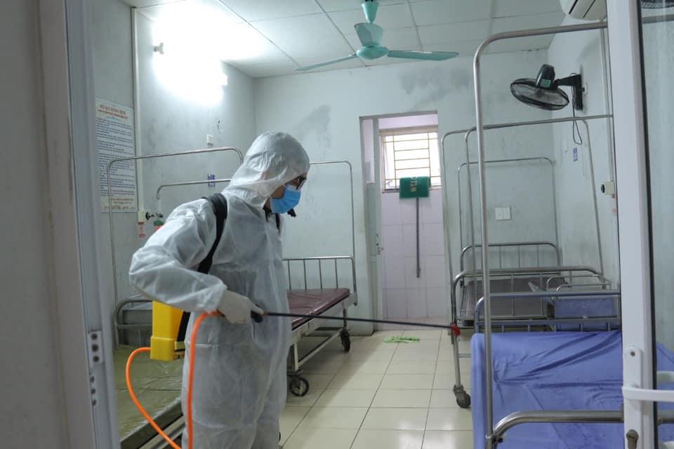 Bệnh viện Trung ương Thái Nguyên sẵn sàng công tác phòng chống dịch; phun khử khuẩn buồng bệnh, làm sạch môi trường, phòng tránh bệnh dịch.