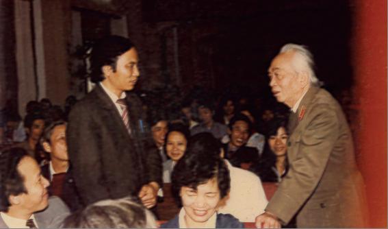 Đại tướng Võ Nguyên Giáp nói chuyện thân mật với cán bộ viên chức Bệnh viện và nhà trường (1990)