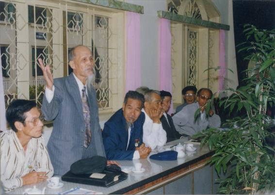 Các đồng chí lãnh đạo tiền nhiệm và đương nhiệm dự hội thảo về tư liệu lịch sử bệnh viện 3/12/1998