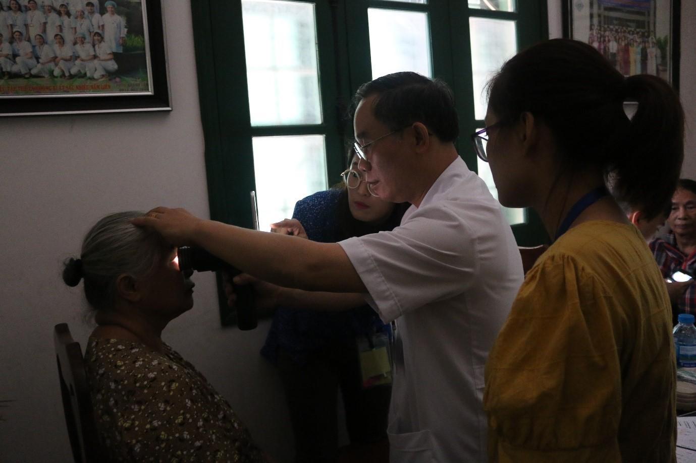 Hơn 1000 người dân được khám sàng lọc bệnh lý đáy mắt miễn phí
