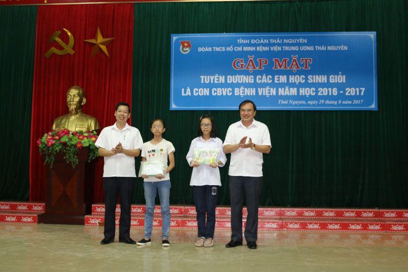 Gặp mặt tuyên dương học sinh giỏi là con CBVC  Bệnh viện Trung ương Thái Nguyên
