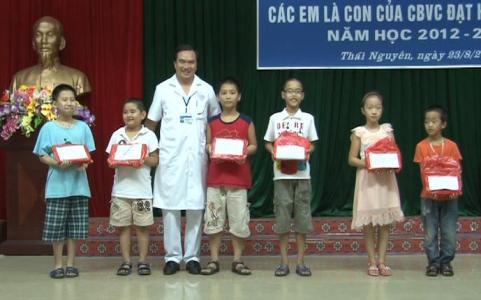 Bệnh viện Đa khoa TW Thái Nguyên khen thưởng học sinh giỏi năm học 2012-2013